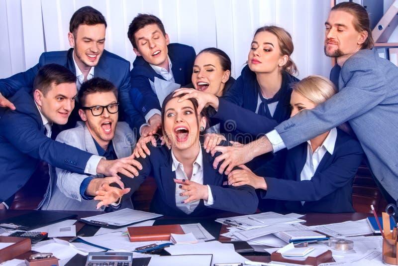 Kontor för affärsfolk Lagfolket är olyckligt med deras ledare fotografering för bildbyråer