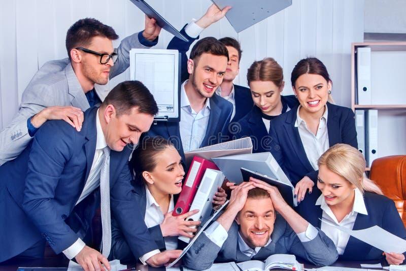 Kontor för affärsfolk Lagfolket är olyckligt med deras ledare royaltyfri bild