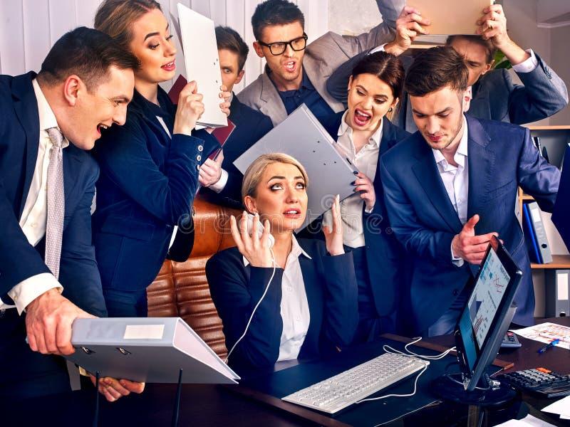 Kontor för affärsfolk Lagfolket är olyckligt med deras ledare arkivbild