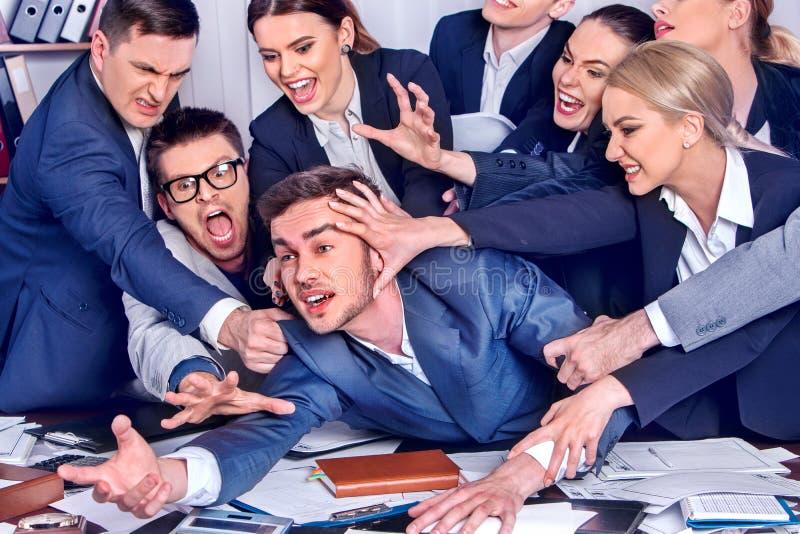kontor för affärsman Folket är olyckligt med deras ledare arkivbild