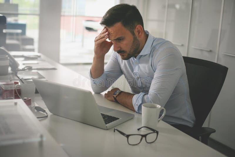 kontor för affärsman Affärsman som har problem på arbete arkivfoto