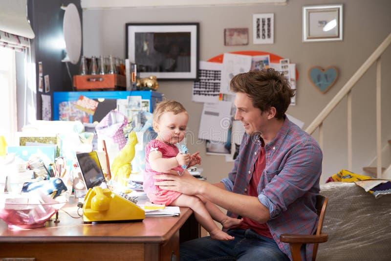 Kontor för faderWith Daughter Running små och medelstora företag hemifrån arkivfoton
