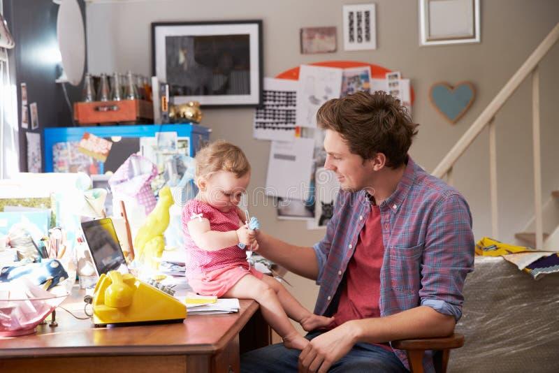 Kontor för faderWith Daughter Running små och medelstora företag hemifrån arkivbilder