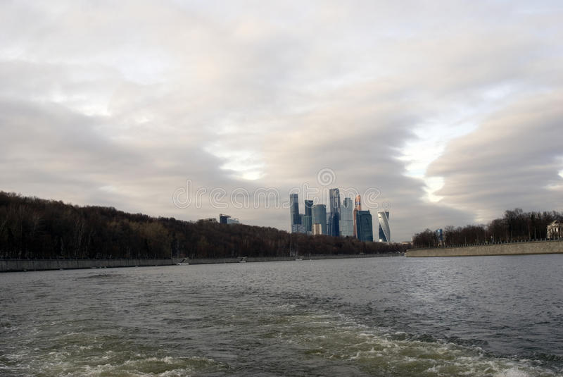 Kontor för Moskvastadsaffär och lägenhetkomplex arkivbild