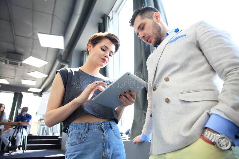 Kontor för process för affärslagarbete modernt Yrkesmässig besättning för foto som arbetar med nytt startup projekt Projektchefer royaltyfri bild