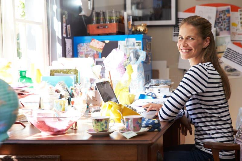 Kontor för små och medelstora företag för kvinna rinnande hemifrån arkivbilder