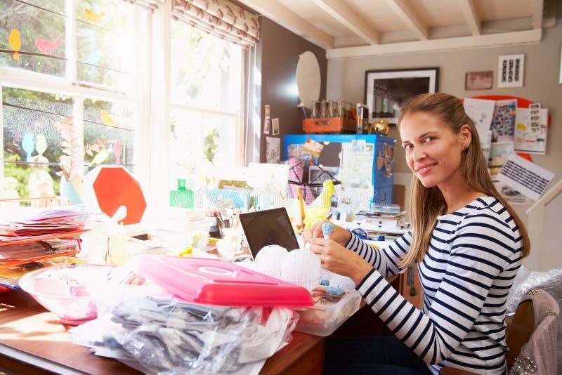 Kontor för små och medelstora företag för kvinna rinnande hemifrån arkivfoto