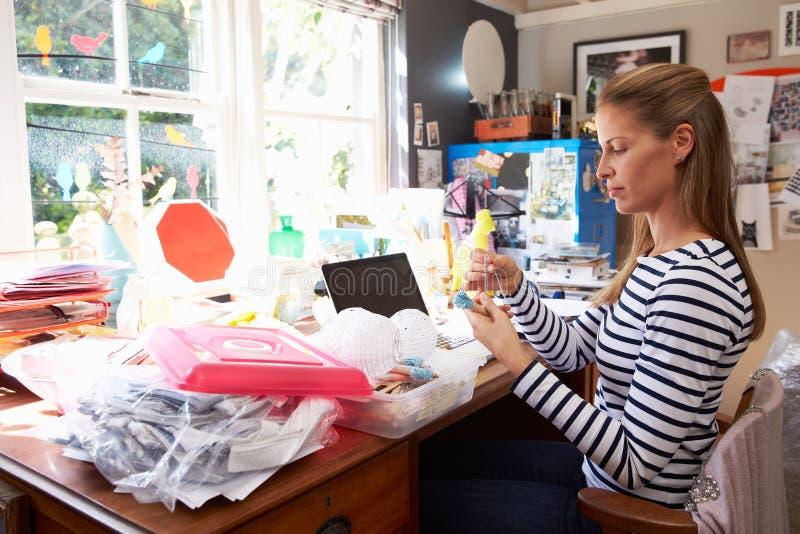 Kontor för små och medelstora företag för kvinna rinnande hemifrån royaltyfria foton