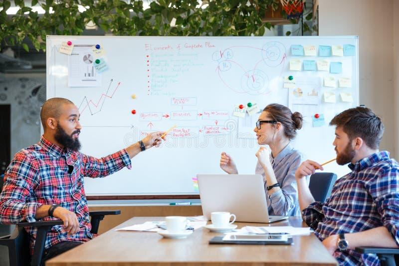 kontoret för affärsaffärsmanaffärskvinnan ett annat folk phone samtal tillsammans av två som fungerar arkivfoton