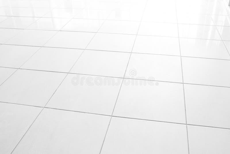 Kontoret för textur för golvet för tegelplattor för tegelplattamarmorgolvet reflekterar det vita med morgonsolen, fönstren reflex royaltyfri bild