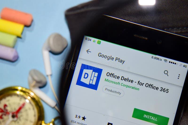 Kontoret forskar - för bärare-app för kontor 365 med förstoring på den Smartphone skärmen royaltyfri bild