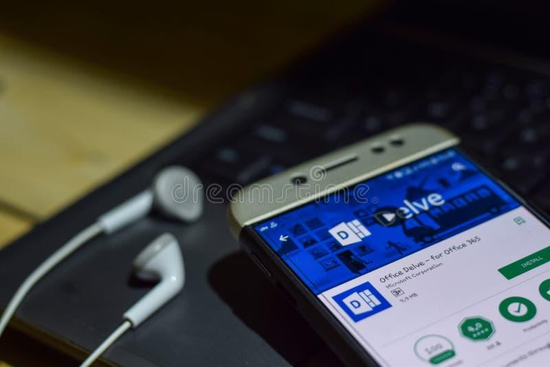 Kontoret forskar - för bärare-applikationen för kontor 365 på den Smartphone skärmen royaltyfri foto