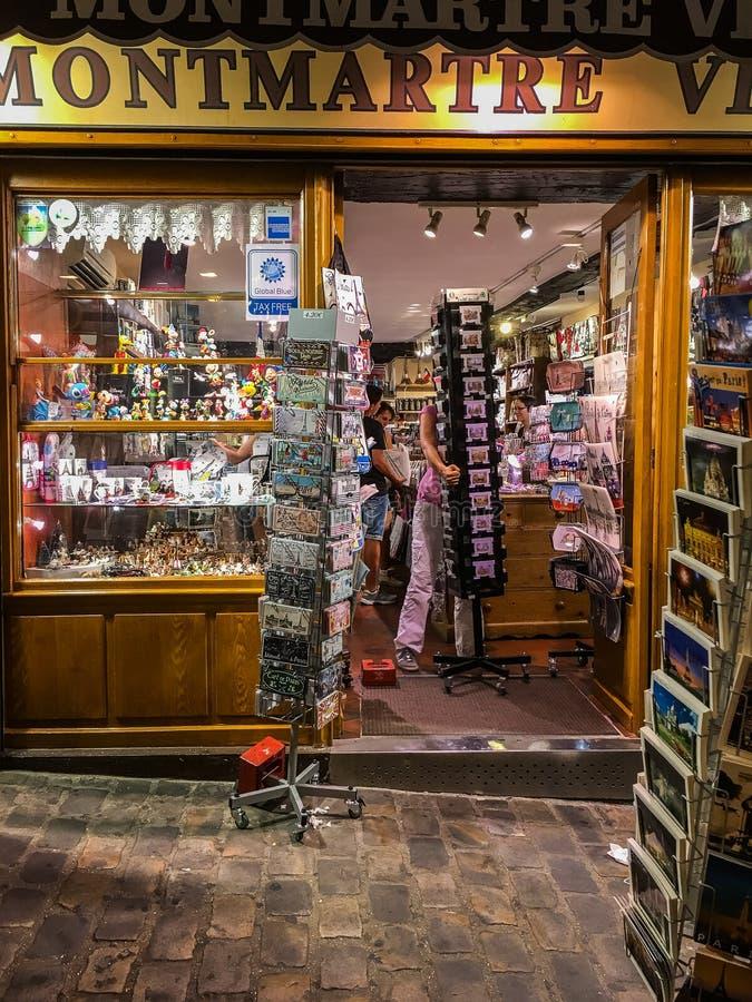 Kontoristen sätter bort varor på den Montmartre turisten shoppar i Paris, Frankrike royaltyfri foto
