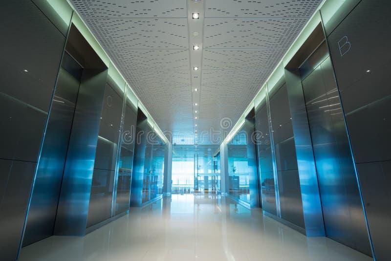 Kontors elevatorlobby arkivbilder