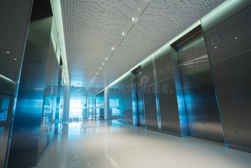 Kontors elevatorlobby arkivbild