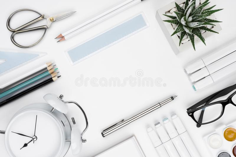 Kontors- och skolatillförselbakgrund med kopieringsutrymme i mitt arkivfoto