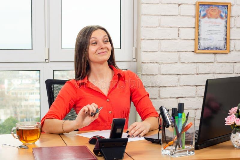 Kontorsanställd hälsar en besökare lyckligt och i en vänlig väg royaltyfri foto