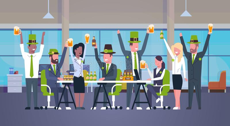 Kontorsarbetare firar lyckliga gräsplanhattar för St Patrick Day At Workplace Wear och drickaöl tillsammans royaltyfri illustrationer