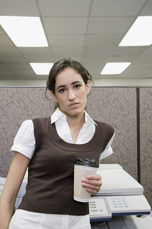 Kontorsarbetare med kaffe arkivfoto