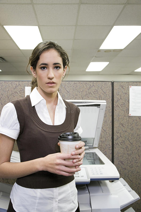 Kontorsarbetare med kaffe arkivbild