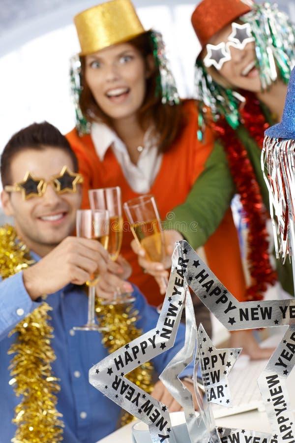 Kontorsarbetare som firar nytt år royaltyfria bilder