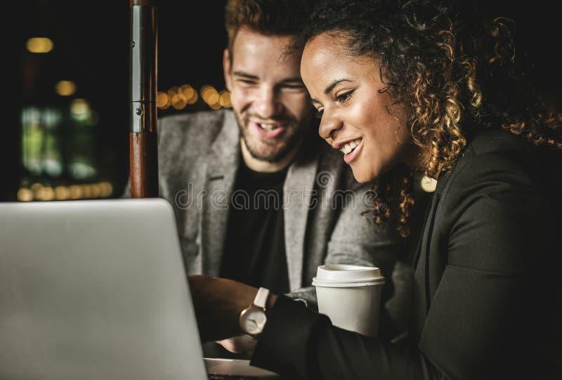 Kontorsarbetare som har möte på kafét arkivfoton