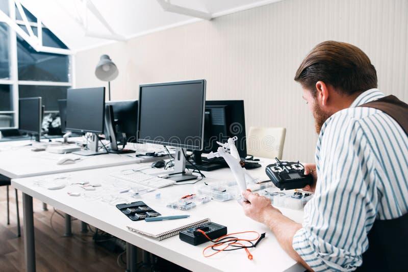 Kontorsarbetare som sent sitter på arbete med surret royaltyfria bilder