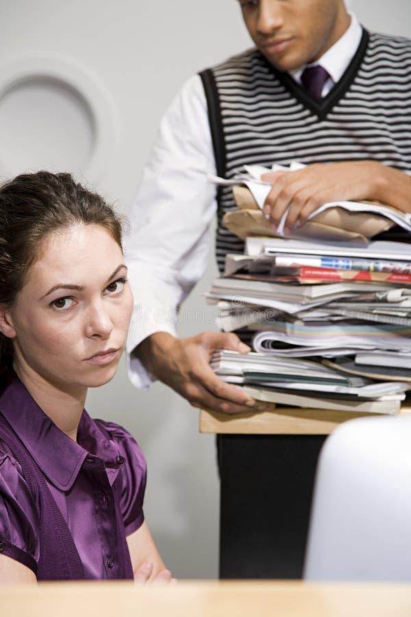 Kontorsarbetare som ser förargad arkivfoto