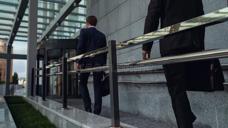 Kontorsarbetare som skriver in affärsmitten i början av arbetsdagssom är millennial royaltyfria foton