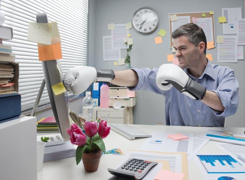 Kontorsarbetare som stansar datoren arkivbilder