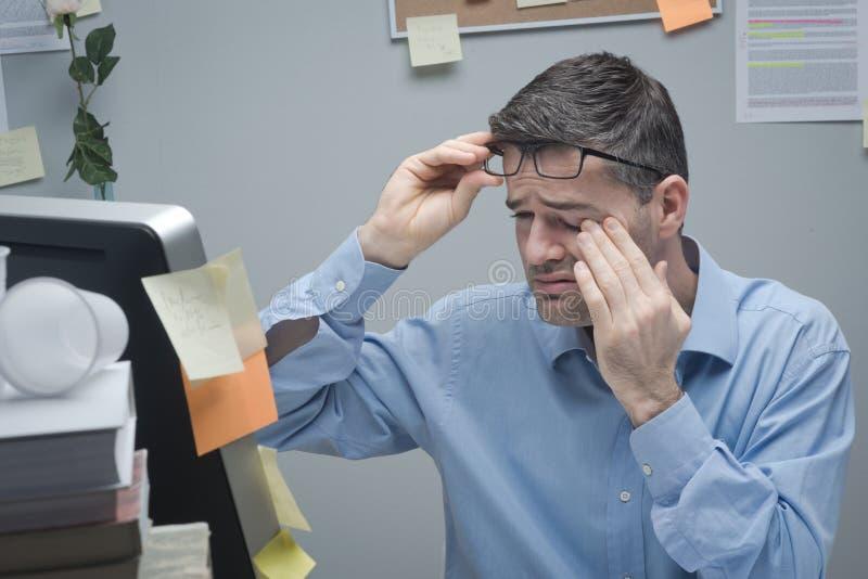 Kontorsarbetaren med ögat smärtar arkivbilder
