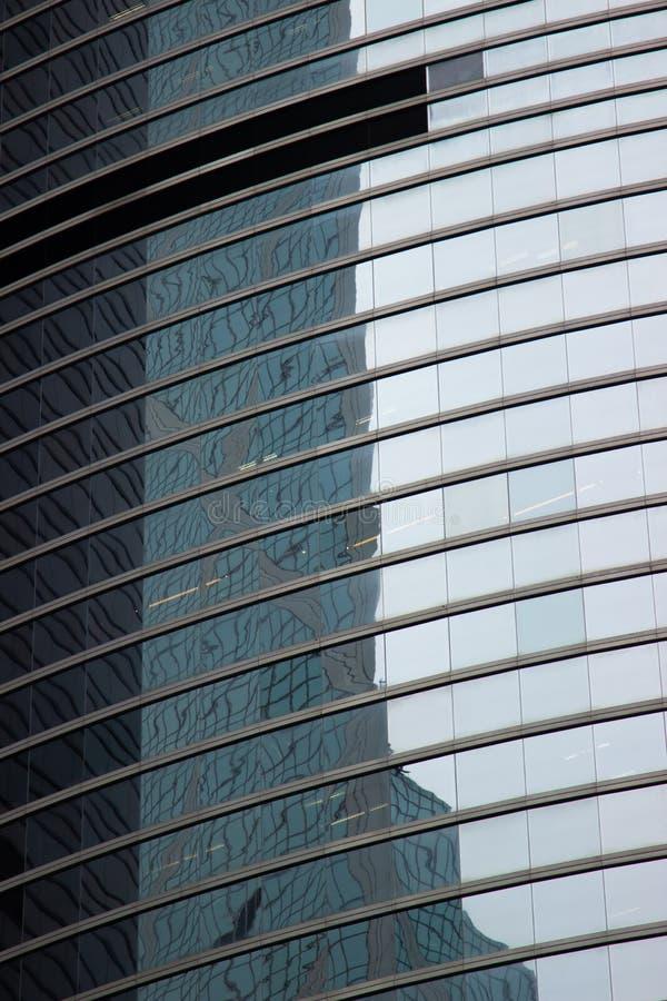 Kontorsbyggnad för exponeringsglasfönster i modern stad Skyskrapa för exponeringsglasfasadaffär i stads- arkitektur modern affär fotografering för bildbyråer