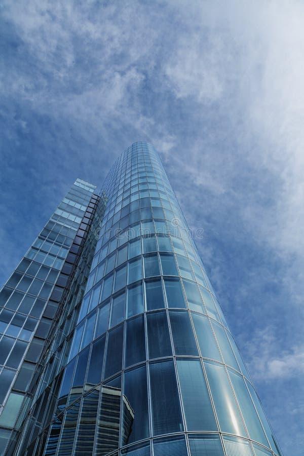 Kontorsbyggnad. modern glass kontur av skyskrapan med sup arkivbild