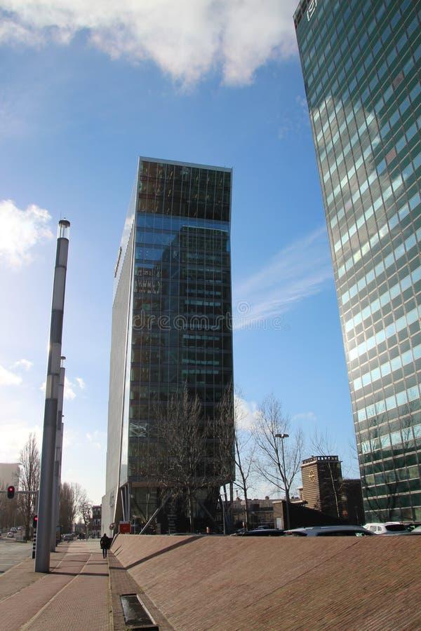 Kontorsbyggnad namngav svanen av Haag på det mer beatrixkwartier i Den Haag Nederländerna royaltyfria foton