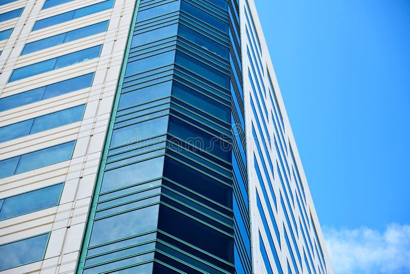 Kontorsbyggnad på himmelbakgrund arkivfoto