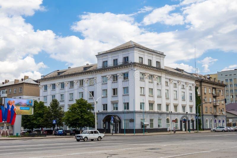 Kontorsbyggnad på teaterfyrkanten i mitten av Lugansk fotografering för bildbyråer