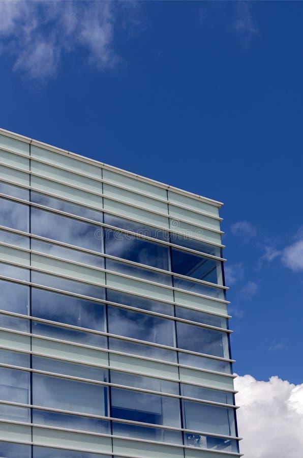 Kontorsbyggnad som göras av exponeringsglas mot himlen fotografering för bildbyråer