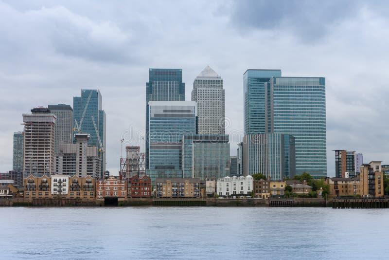 Kontorsbyggnader i Canary Wharf i London royaltyfri foto