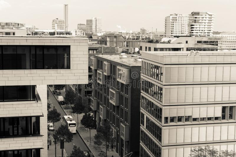 Kontorsbyggnader i Hamburg med sikten av gatan royaltyfria foton