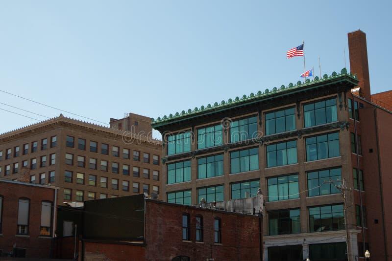 Kontorsbyggnader med amerikanska flaggan på taket royaltyfri foto