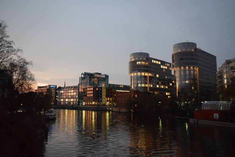 Kontorsbyggnader på skymning längs fest i Berlin Germany arkivbild