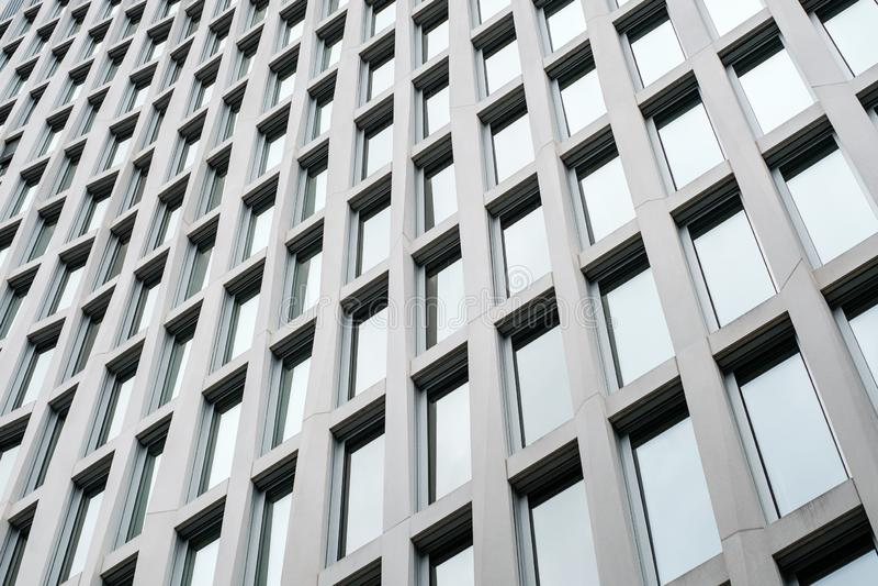 Kontorsbyggnadfasad, modern arkitektur, fastighetbakgrund arkivfoto