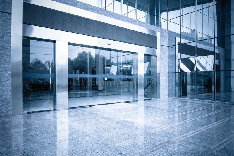 Kontorsbyggnadingång och automatisk glass dörr arkivfoton