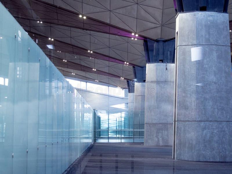 Kontorsbyggnadlobby eller flygplatsbakgrund inre modernt konkret exponeringsglas arkivfoton