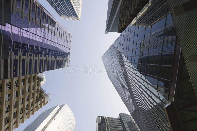 Kontorsbyggnadreflexion i Singapore det finansiella området fotografering för bildbyråer