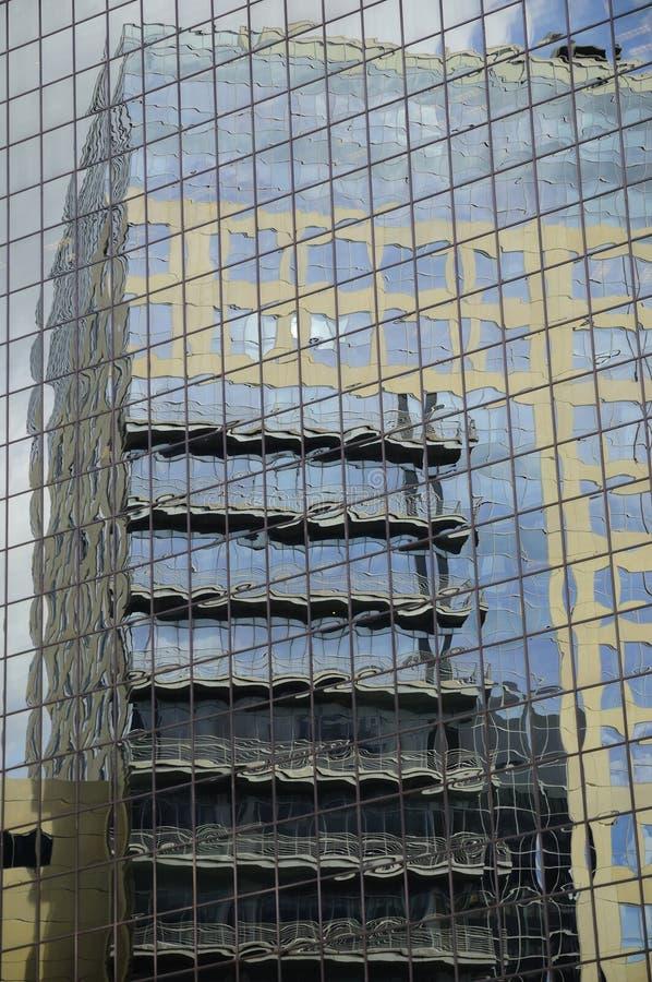 Kontorsbyggnadreflexioner arkivfoto
