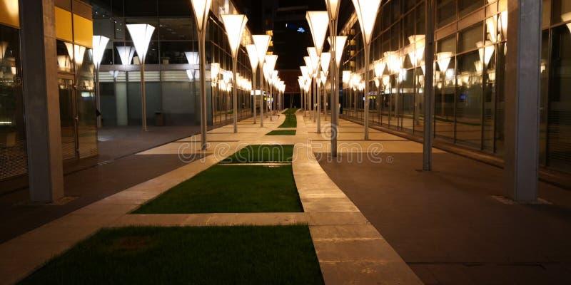 Kontorsbyggnadutrymme vid natt arkivfoton