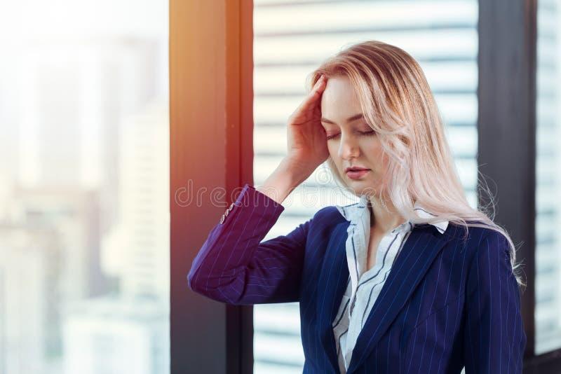 Kontorsdamhuvudvärk från hård arbetsdags arkivfoton