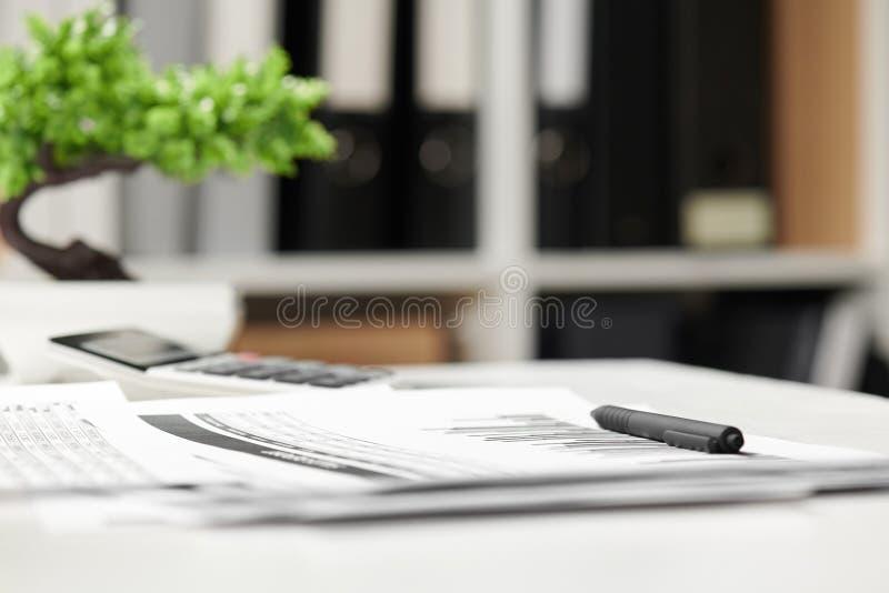 Kontorsinre, closeuptabell med rapporter begrepp för finansiell redovisning för affär arkivbild