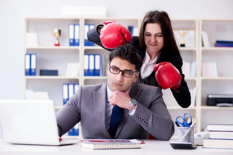 Kontorskonflikten mellan mannen och kvinnan royaltyfri foto